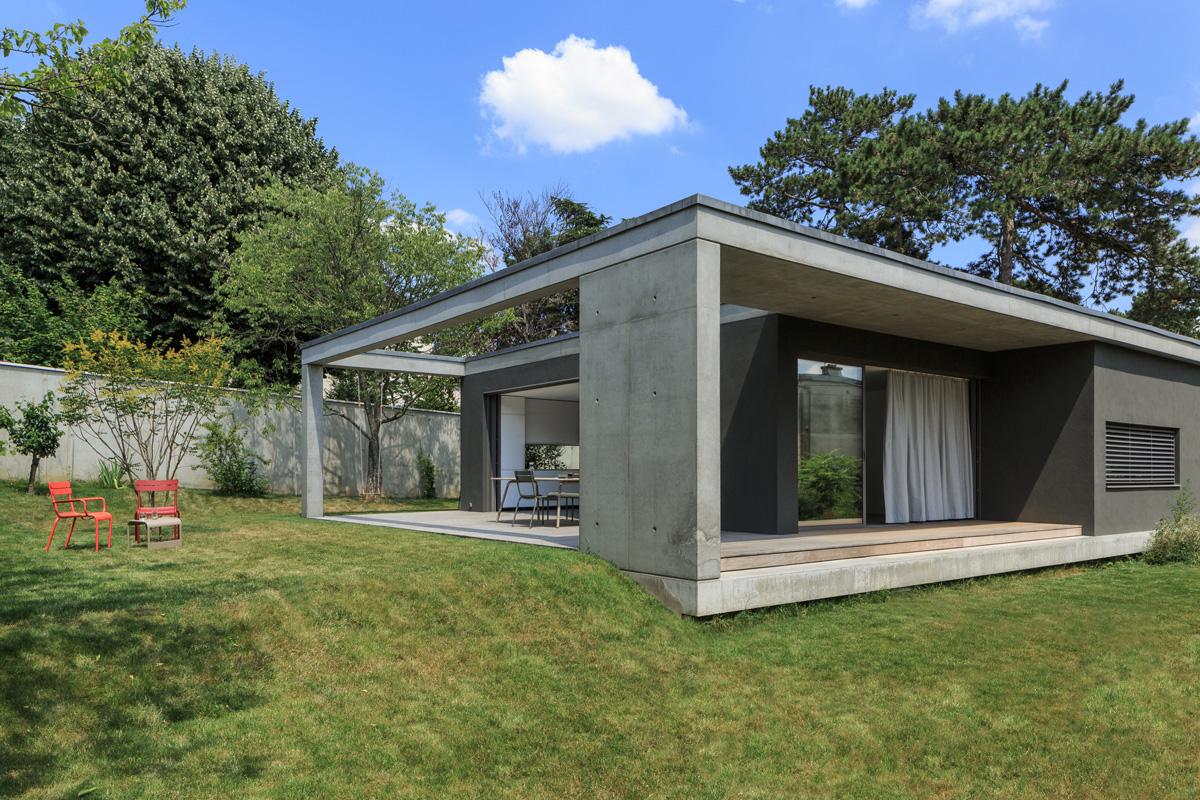 MTE_Dank-Architectes-maison-beton-brute-contemporaine-caluire-et-cuire_exterieur-beton-banche-pergola