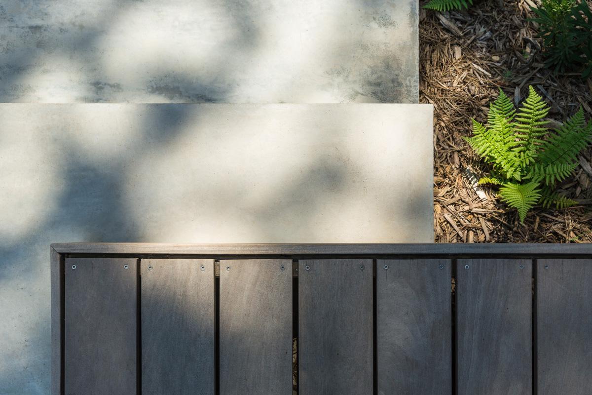 MTE_Dank-Architectes-maison-beton-brute-contemporaine-caluire-et-cuire_exterieur-escalier-beton-brute-bois