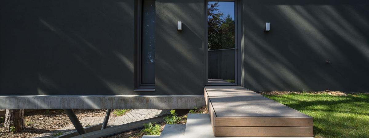 MTE_Dank-Architectes-maison-beton-brute-contemporaine-caluire-et-cuire_exterieur-facade-enduit-noir