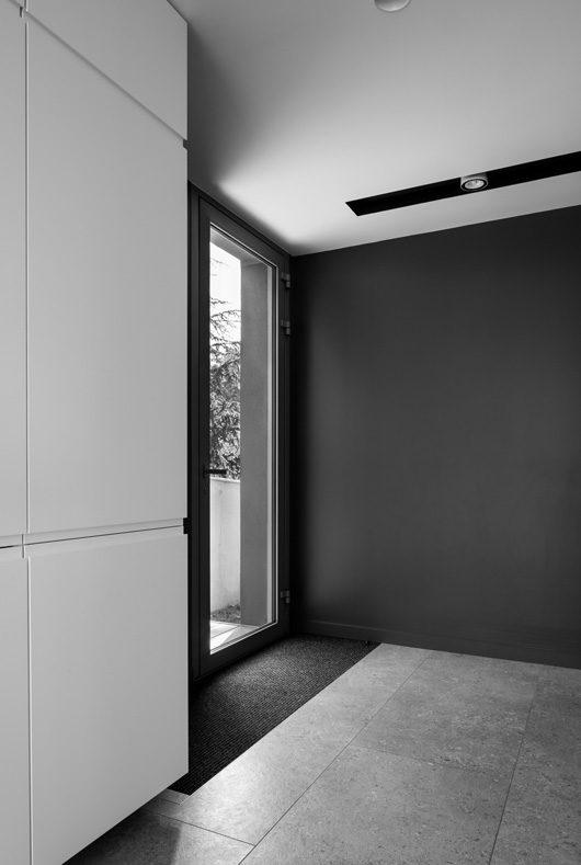 MTE_Dank-Architectes-maison-beton-brute-contemporaine-caluire-et-cuire_interieur_porte-entree-vitree
