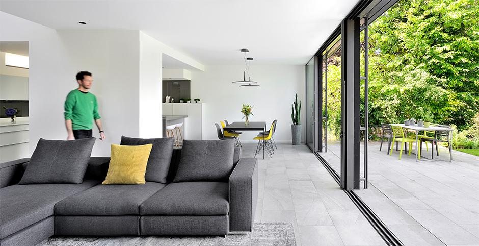 maison-contemporaine-en-ossature-bois_caluire-et-cuire-69_photo-interieur-salon-baies-vitrees-salle-a-manger