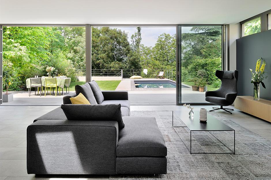 maison-contemporaine-en-ossature-bois_caluire-et-cuire-69_photo-interieur-salon-baies-vitrees-terrasse