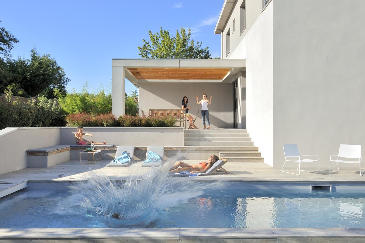 Maison contemporaine dans l'ouest de Lyon. Piscine et terrasse avec pergola.