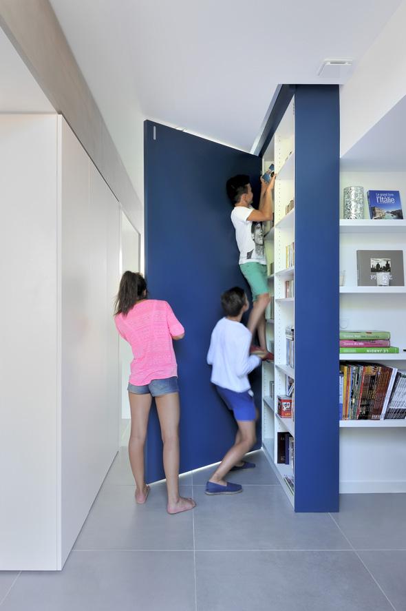 Maison contemporaine dans l'ouest de Lyon. Meuble bleu avec rangements sur mesure permettant de refermer le bureau.