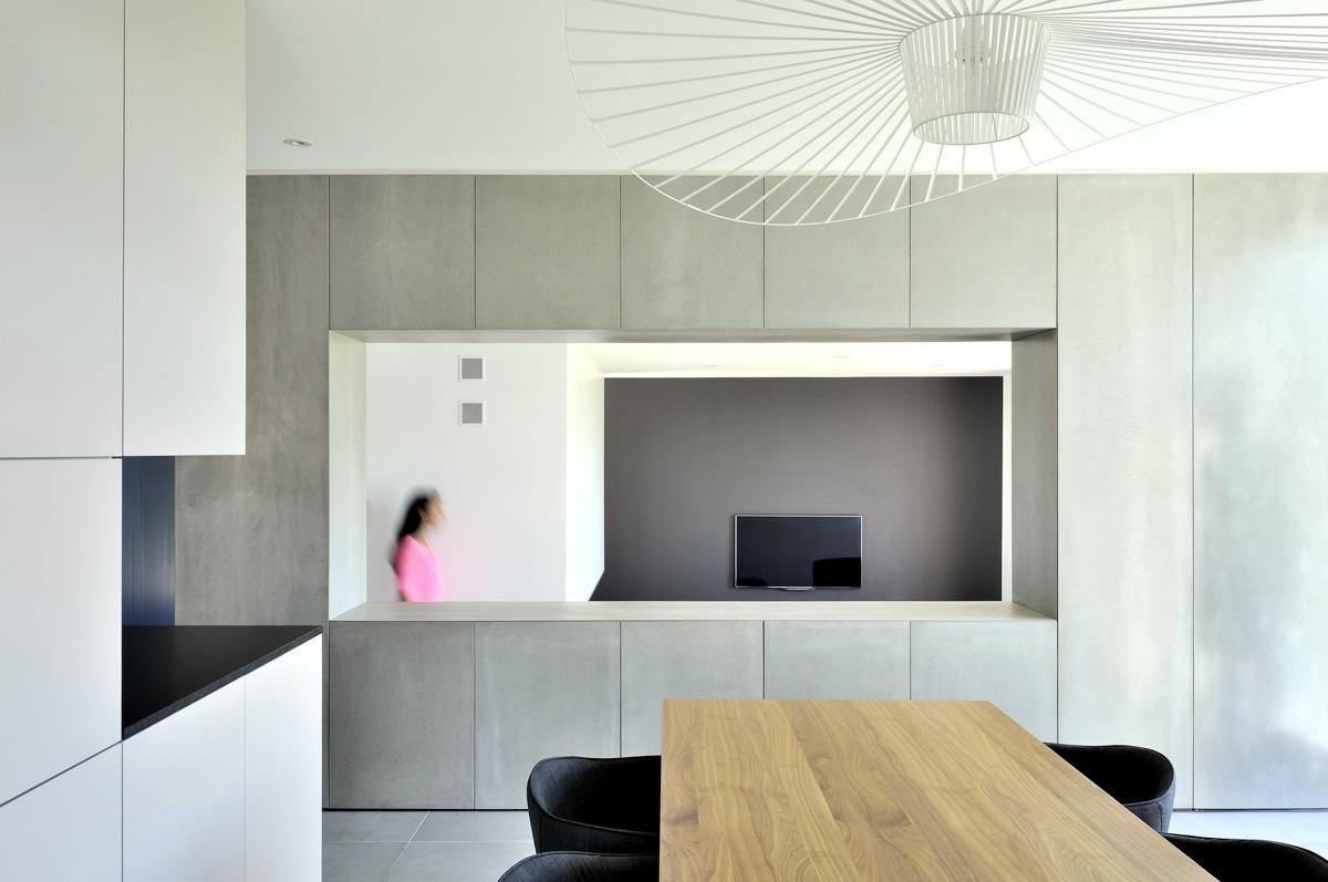 Maison contemporaine dans l'ouest de Lyon. Boite du salon en Viroc, créant de jeu de perspective.