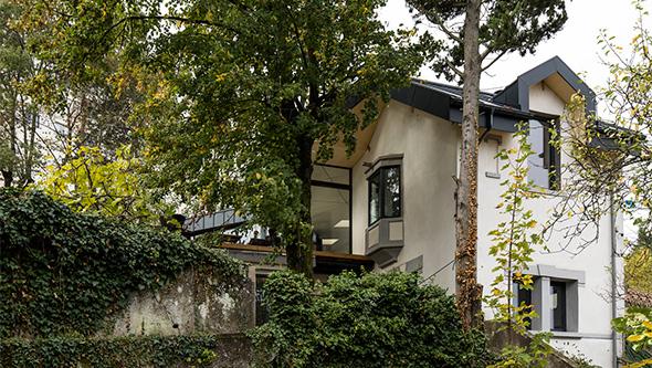 extension-contemporaine-caluire-ossature-bois-zinc-triangle_exterieur-toiture-bardage-zinc-alu_vue-bas