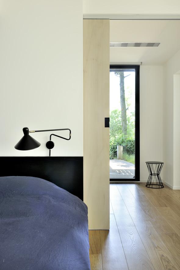 extension-contemporaine-caluire-ossature-bois-zinc-triangle_interieur_chambre_noir_contreplaque_coulissant
