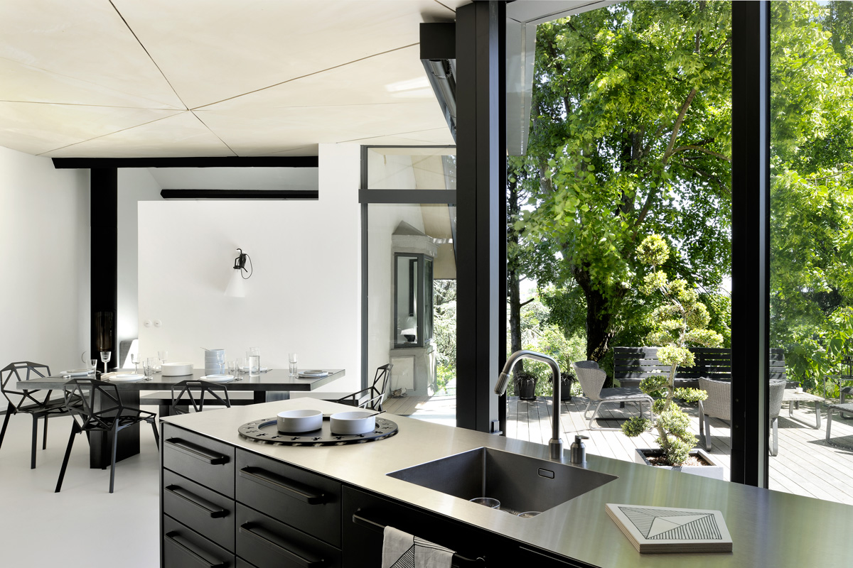 extension-contemporaine-caluire-ossature-bois-zinc-triangle_interieur_cuisine_ilot_inox