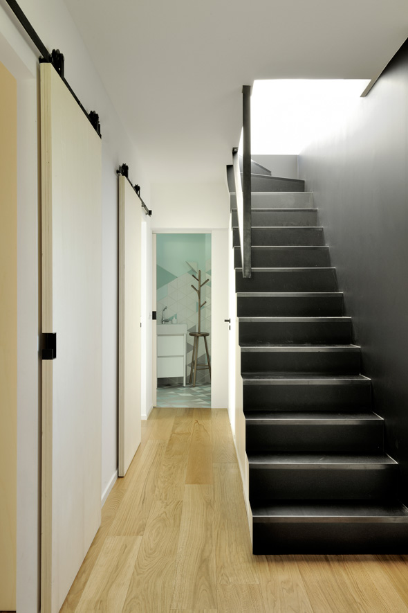 extension-contemporaine-caluire-ossature-bois-zinc-triangle_interieur_escalier_metal_noir_porte_coulissante