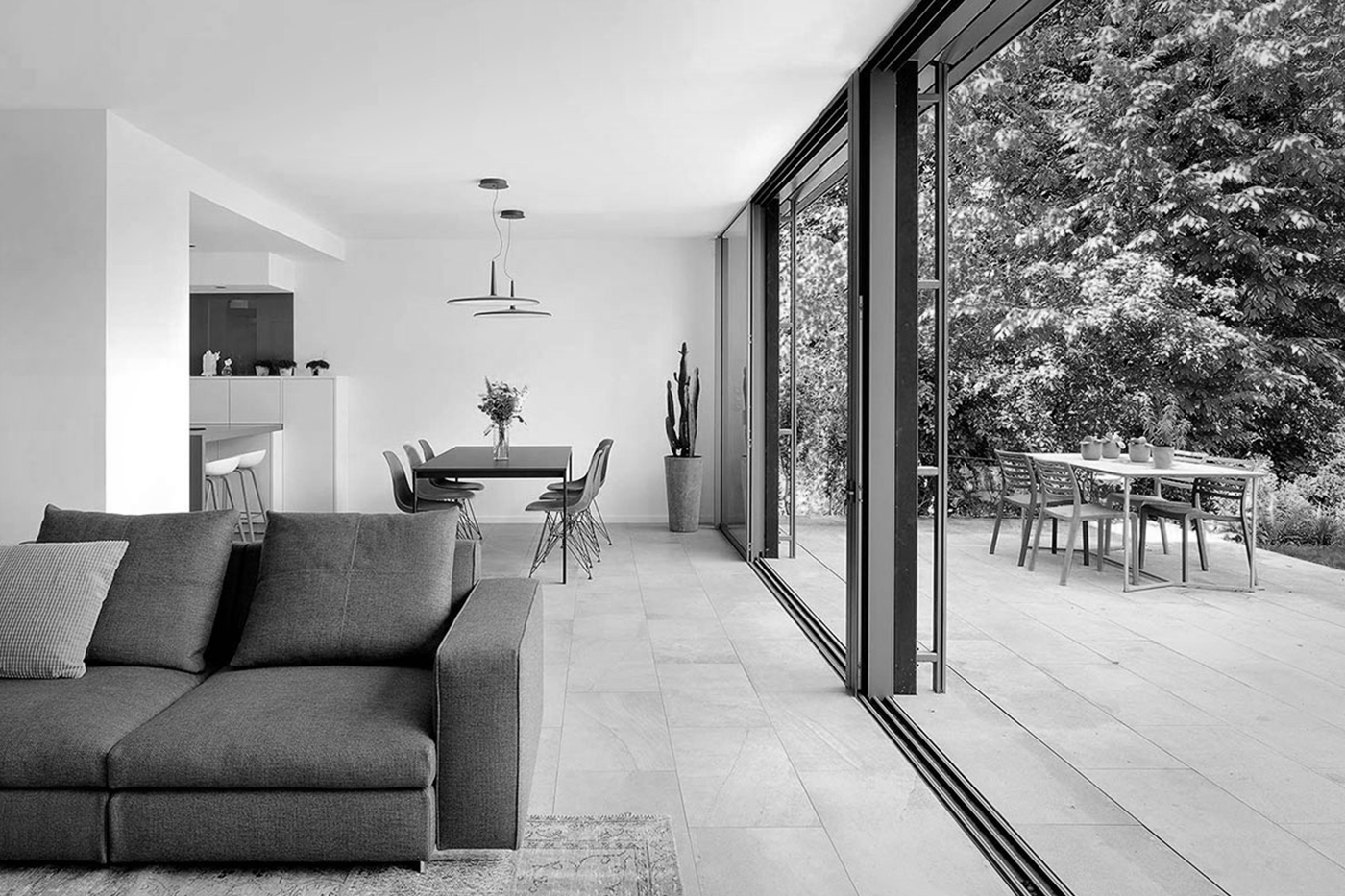 maison-contemporaine-en-ossature-bois_caluire-et-cuire-69_photo-interieur-salon-baies-vitrees-salle-a-manger