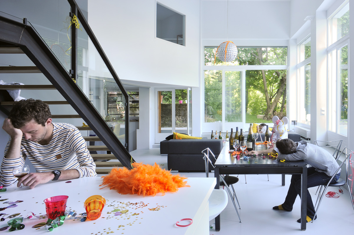 Appartement en duplex rénové de manière contemporaine et minimaliste, escalier et agencement sur mesure. Photoshoot fin de soirée.