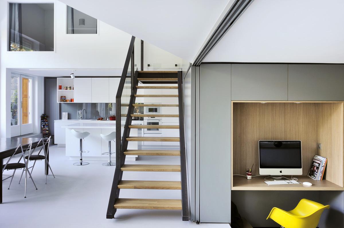 Appartement en duplex rénové de manière contemporaine et minimaliste, cuisine avec ilôt sur mesure.