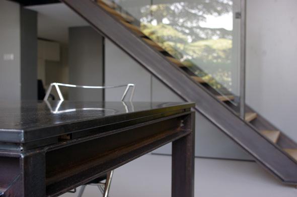 Appartement en duplex rénové de manière contemporaine et minimaliste, détail de la table à manger sur mesure.