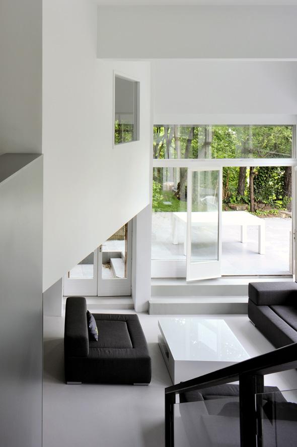 Appartement en duplex rénové de manière contemporaine et minimaliste, escalier et agencement sur mesure.