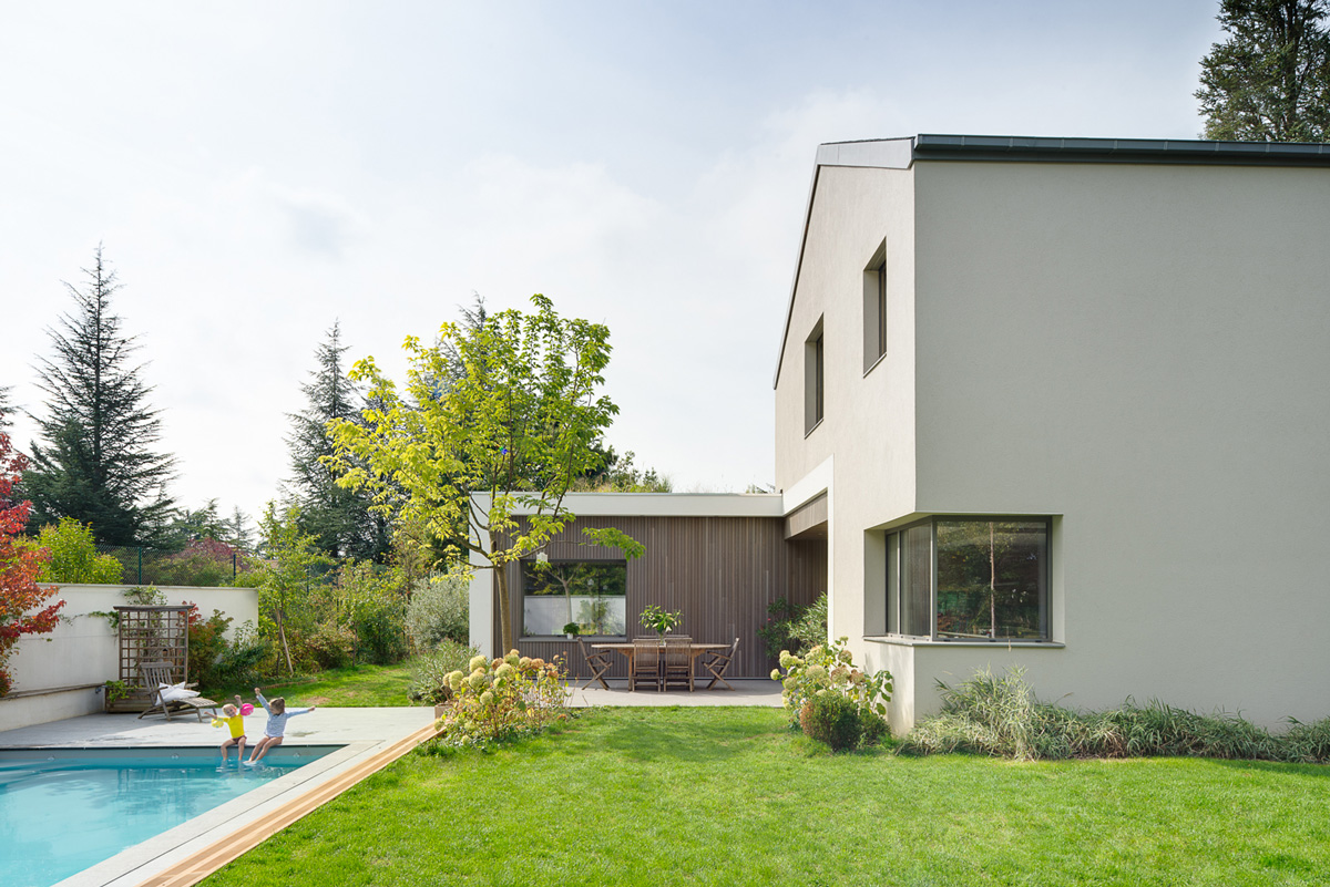 Maison à patio contemporaine sur Lyon. Terrasse attenante à la cuisine, proche de la piscine et du jardin.