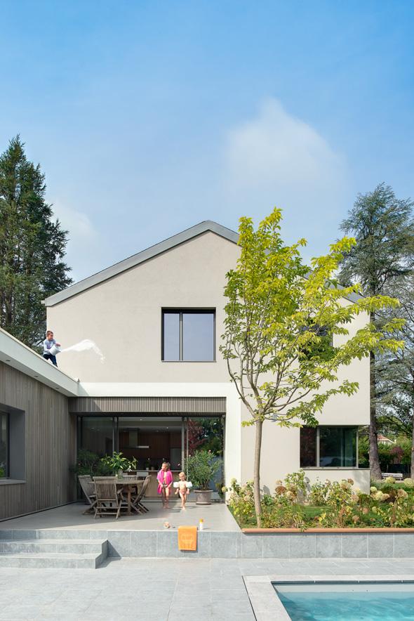 Maison à patio contemporaine sur Lyon. Terrasse attenante à la cuisine, proche de la piscine. Salon avec toit terrasse accessible.