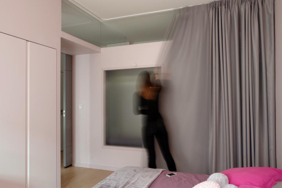 Rénovation d'un appartement contemporain à Lyon avec un meuble central sur mesure. Détails de la fenêtre intérieure.