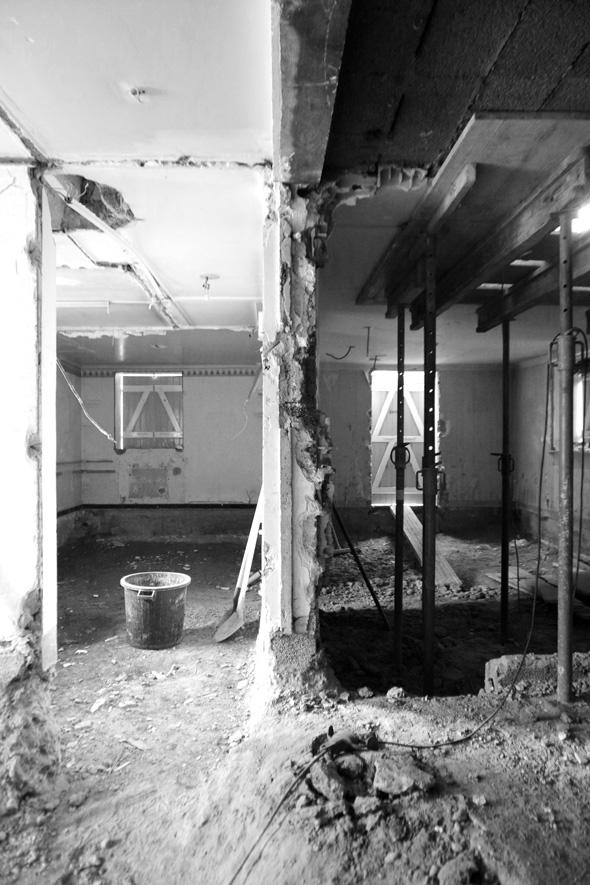 Rénovation et extension contemporaine d'une maison à Caluire de type verrière d'atelier. démolition chantier.
