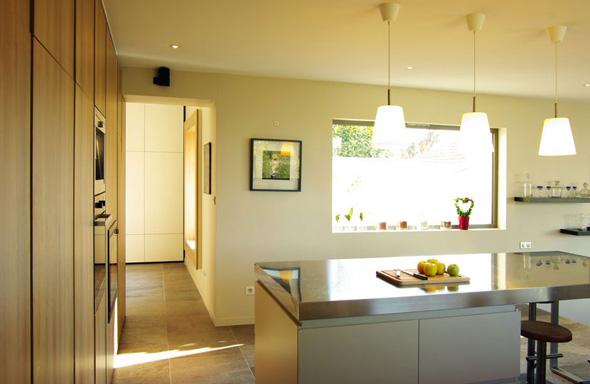 Extension contemporaine à Caliure et Cuire en ossature bois et parement ciment Viroc. Cuisine ilôt en intox et façades bois.