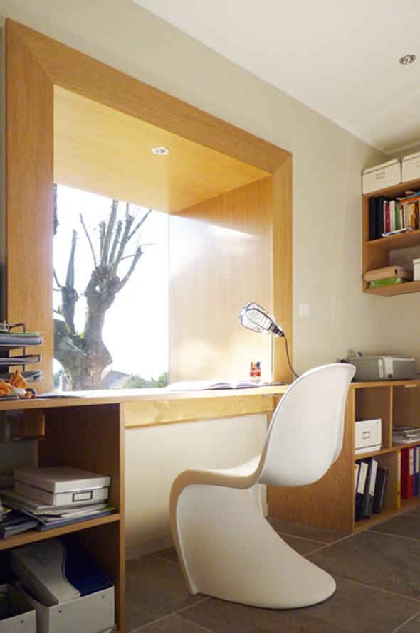 Extension contemporaine à Caliure et Cuire en ossature bois et parement ciment Viroc. Bureau en alcôve dans une fenêtre caisson.