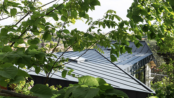 extension-contemporaine-caluire-ossature-bois-zinc-triangle_exterieur-toiture-bardage-zinc-alu