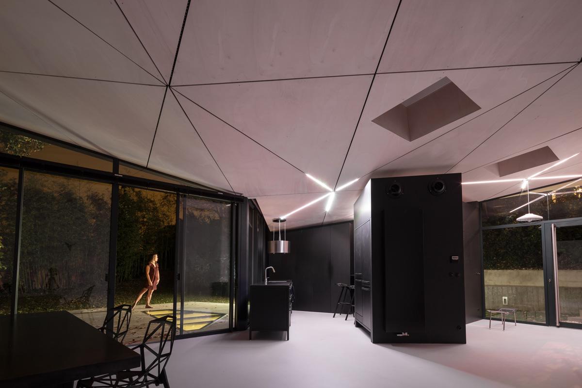 extension-contemporaine-caluire-ossature-bois-zinc-triangle_interieur-nuit-danse-resine-blanc-cuisine-noir-scandinave-minimaliste-plafond-contre-plaque-bois