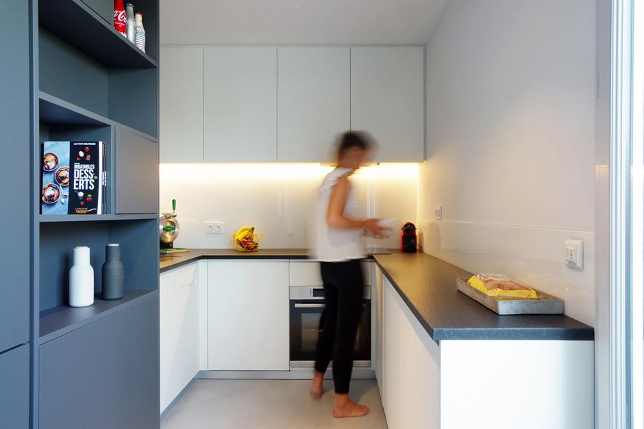 Appartement-contemporain-architecte-terrasse-agencement-sur-mesure-mobilier-design_Vue-cuisine