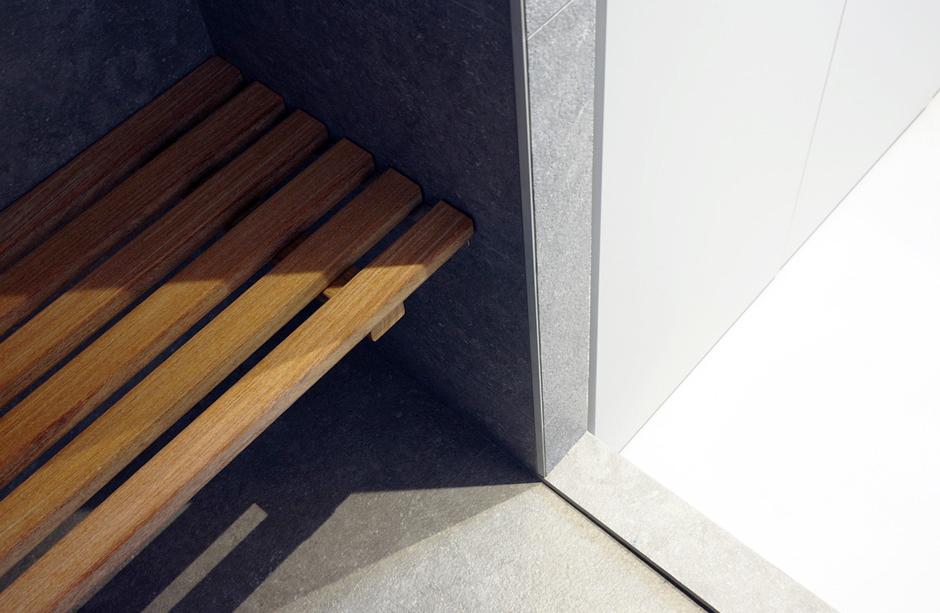 Appartement-contemporain-architecte-terrasse-agencement-sur-mesure-mobilier-design_detail-salle-de-bain-assisie