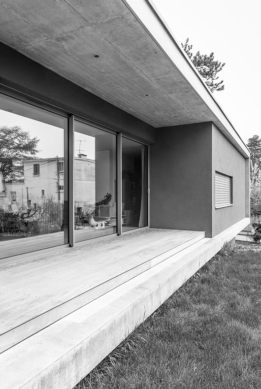 MTE_Dank-Architectes-maison-beton-brute-contemporaine-caluire-et-cuire_exterieur-terrasse-bois-baies-vitrées