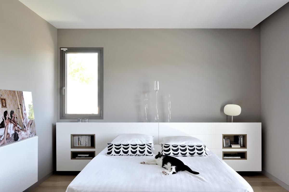 Maison contemporaine dans l'ouest de lyon. Suite parentale avec tête de lit avec niche sur mesure par un menuisier.
