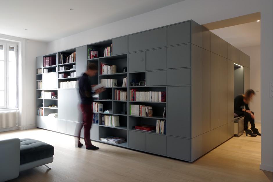 Rénovation d'un appartement contemporain à lyon avec un meuble central sur mesure gris.