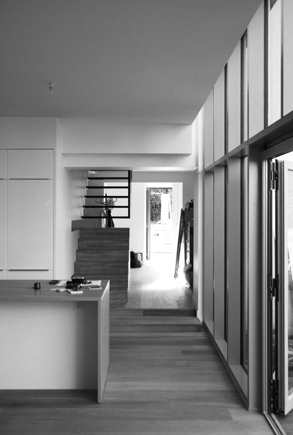 Rénovation et extension contemporaine d'une maison à Caluire de type verrière d'atelier. finition cuisine.