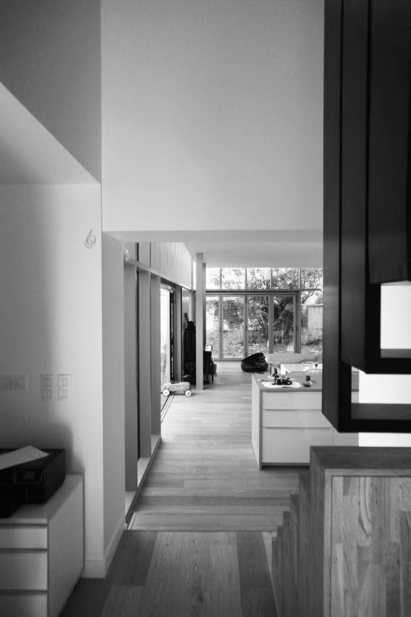 Rénovation et extension contemporaine d'une maison à Caluire de type verrière d'atelier. finition escalier.