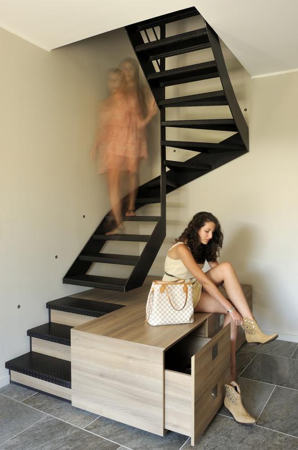 Extension contemporaine à Caliure et Cuire en ossature bois et parement ciment Viroc. Escalier métal et rangement sur mesure, meuble à chaussures.