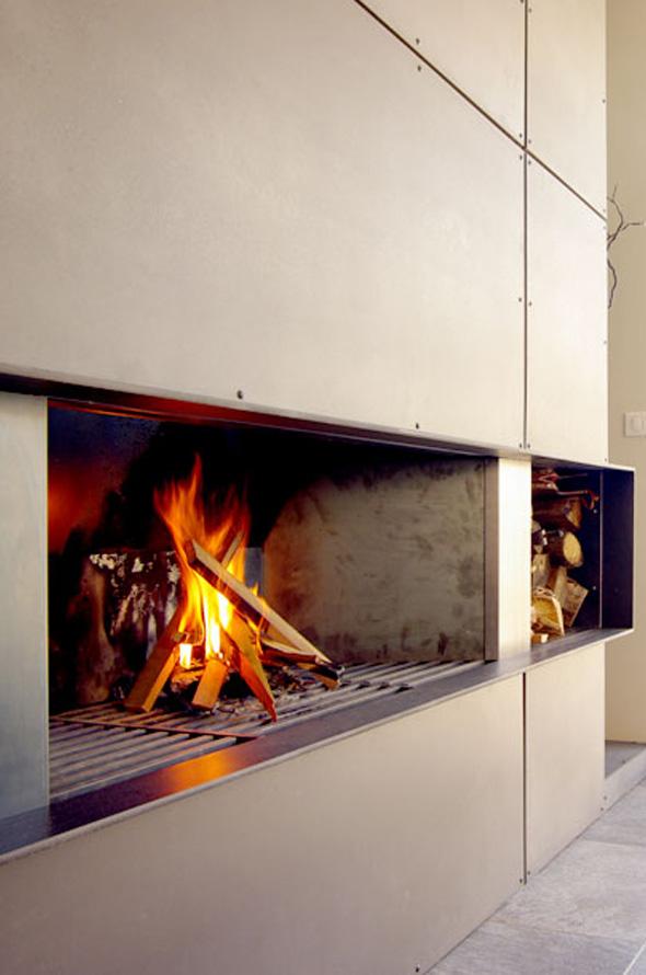 Extension contemporaine à Caliure et Cuire en ossature bois et parement ciment Viroc. Cheminée sur mesure en métal et panneaux béton.